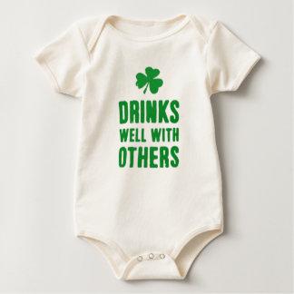 Body Para Bebê Bebidas bem com outro T do dia de St Patrick