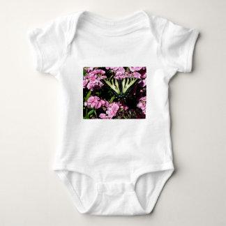 Body Para Bebê Borboleta de Swallowtail em flores cor-de-rosa