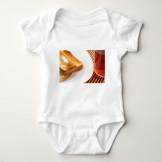 Body Para Bebê Brinde quente com manteiga e copo do chá