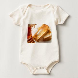 Body Para Bebê Brinde quente com manteiga em um fim-acima branco