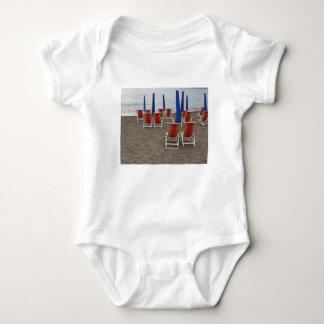 Body Para Bebê Cadeiras de madeira coloridas na praia da areia
