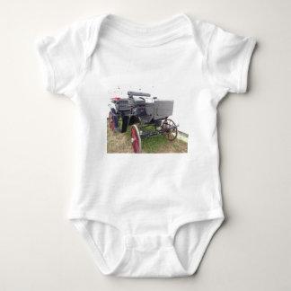 Body Para Bebê Carruagem antiquado do cavalo na grama verde