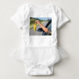 Body Para Bebê Casca deixando cair do braço da janela de carro da