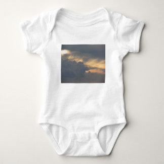 Body Para Bebê Céu morno com as nuvens de cúmulo-nimbo dos