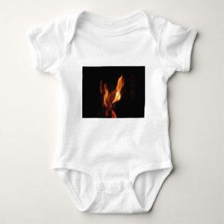 Body Para Bebê Chamas borradas em uma lareira ardente no preto
