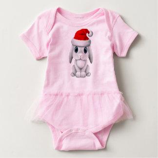 Body Para Bebê Coelho branco do bebê que veste um chapéu do papai