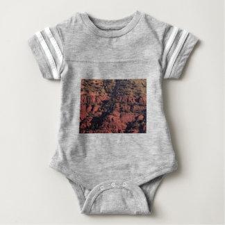 Body Para Bebê colisões e protuberâncias na rocha vermelha