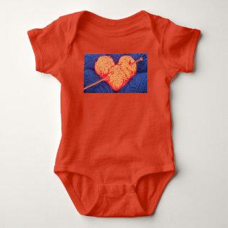 Body Para Bebê Coração bonito de lãs com a fotografia da agulha