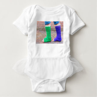 Body Para Bebê Criança ereta com dois pés coloridos da gipsita