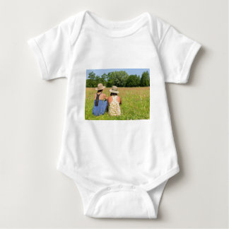 Body Para Bebê Dois amigos que sentam-se junto em meadow.JPG