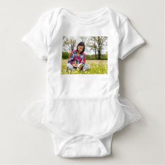 Body Para Bebê Escrita da mulher no prado com flores do primavera
