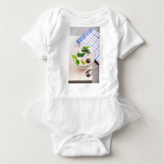 Body Para Bebê Farinha de aveia em uma bacia de vidro com doces