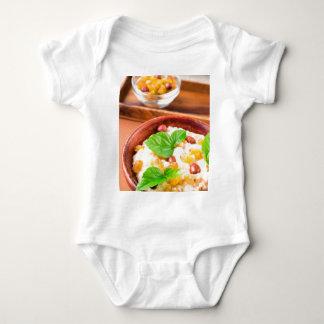 Body Para Bebê Farinha de aveia saudável com bagas, passas e