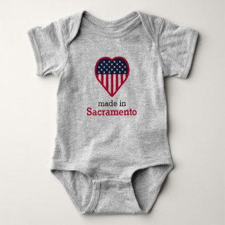 Body Para Bebê Feito na bandeira do coração de Sacramento,