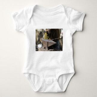 Body Para Bebê Ferreiro que forja manualmente o metal derretido