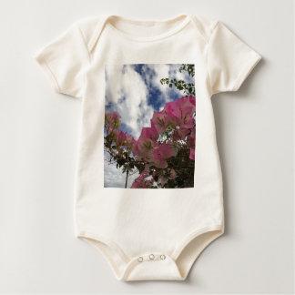 Body Para Bebê flores cor-de-rosa contra um céu azul