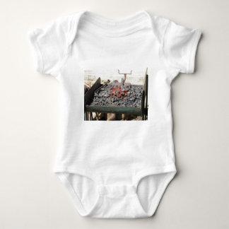 Body Para Bebê Fornalha antiquado do ferreiro. Carvões ardentes