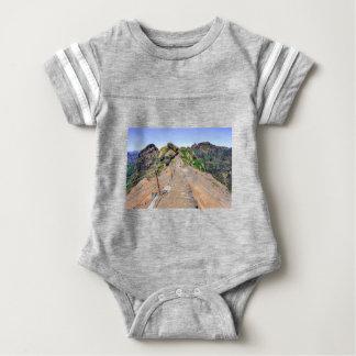 Body Para Bebê Fuga de caminhada acima nas montanhas em Madeira