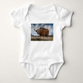 Body Para Bebê Iaques de Brown no verde e no campo de grama de