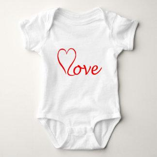 Body Para Bebê Love coração em pano de fundo branco