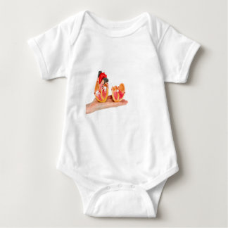 Body Para Bebê Mão com modelo humano do coração em background.jp