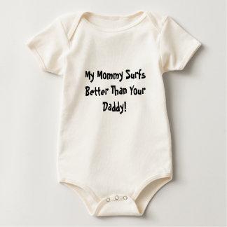 Body Para Bebê Minha mamãe surfa melhor do que seu pai!