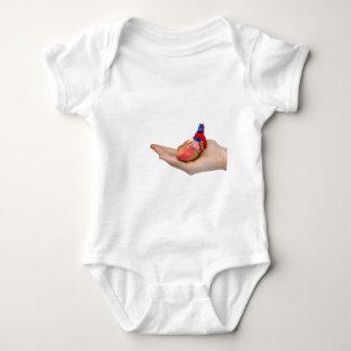 Body Para Bebê Modelo humano artificial do coração na mão