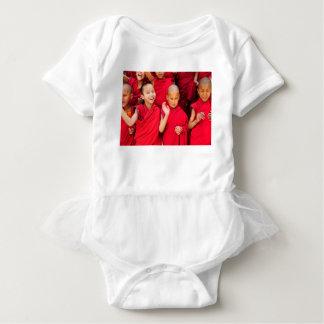 Body Para Bebê Monges pequenas em vestes vermelhas