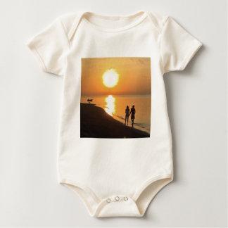 Body Para Bebê Nascer do sol de Bali na praia