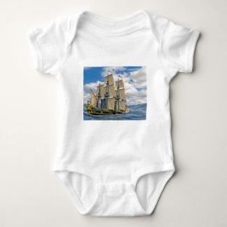 Body Para Bebê Navigação preta do navio de Corveta em um dia