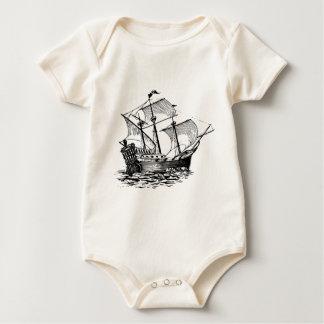 Body Para Bebê navio de madeira antigo na água
