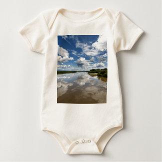 Body Para Bebê Nuvens bonitas sobre o rio, reflexão na água