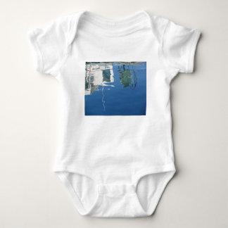 Body Para Bebê O barco de pesca reflete na água