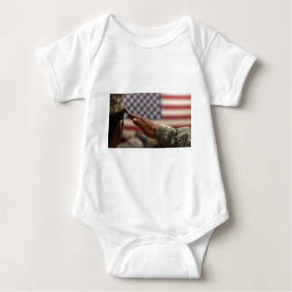Body Para Bebê O soldado sauda a bandeira dos Estados Unidos