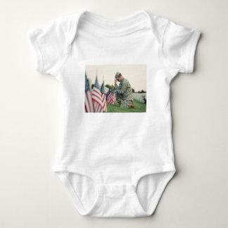 Body Para Bebê O soldado visita sepulturas no Memorial Day
