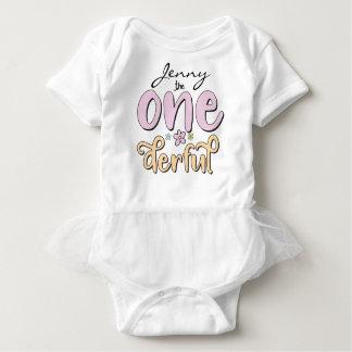 """Body Para Bebê """"One-derful"""", nome personalizado, flores projeta"""