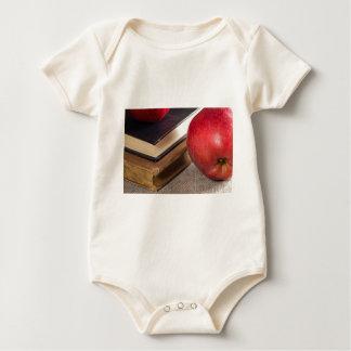 Body Para Bebê Opinião do fim-acima das maçãs vermelhas e velho