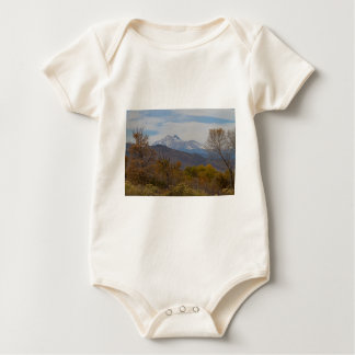 Body Para Bebê Opinião dos montes da montanha rochosa
