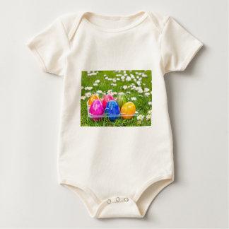 Body Para Bebê Ovos da páscoa pintados coloridos na grama com