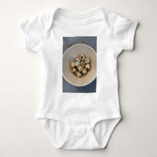 Body Para Bebê Ovos de codorniz em uma bacia