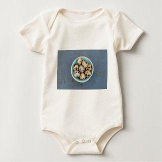 Body Para Bebê Ovos de codorniz em uma bacia verde