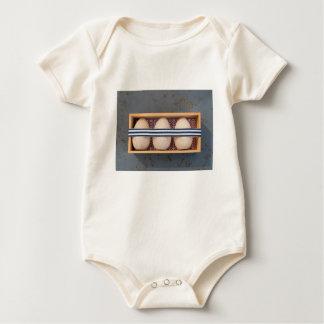 Body Para Bebê Ovos de madeira em uma caixa