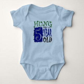 Body Para Bebê Pendurado como uma criança de 5 anos