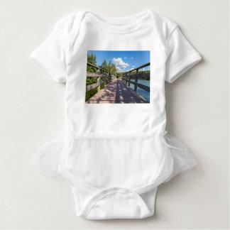 Body Para Bebê Ponte de madeira longa sobre a água da lagoa