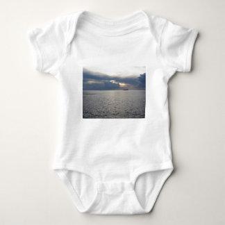 Body Para Bebê Por do sol morno do mar com o navio de carga no