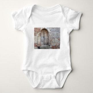 Body Para Bebê Porta de madeira velha na parede de tijolo velha