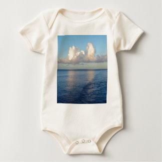 Body Para Bebê Reflexões da nuvem do Seascape do amanhecer