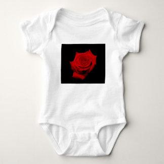 Body Para Bebê Rosa vermelha no fundo preto