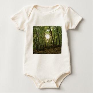 Body Para Bebê Rupturas de Sun através das madeiras