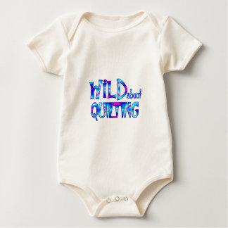 Body Para Bebê Selvagem sobre o acolchoado